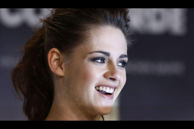 Kristen Stewart, souriante.
