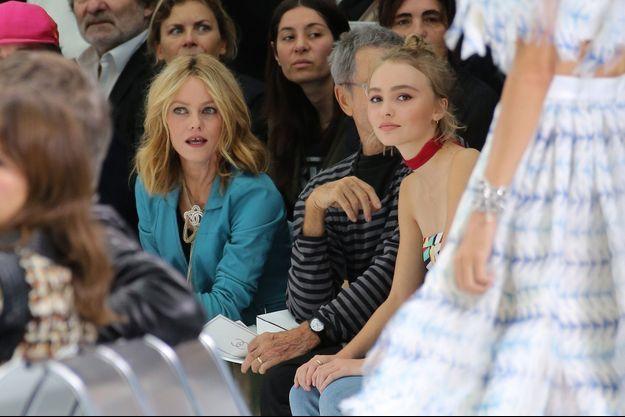 Vanessa Paradis en et Lily-Rose au défilé Chanel à Paris en octobre 2015.