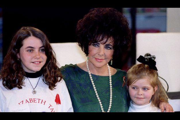 Elizabeth Taylor en 1993 avec deux enfants d'une école de New-York dans le cadre de sa campagne contre le sida.