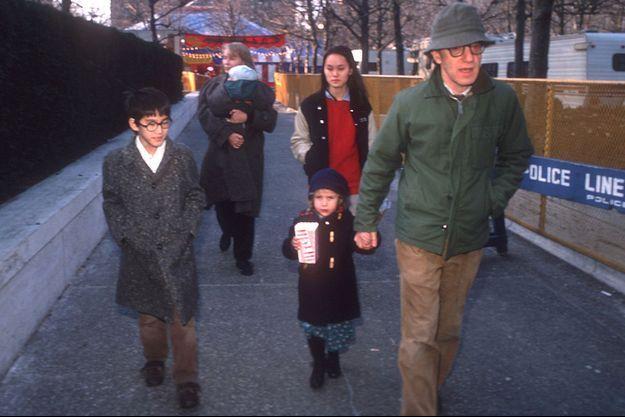 La famille Farrow-Allen: Dans les bras de l'actrice, Ronan; tenant la main de Woody Allen, Dylan; à gauche, Moses; à droite Soon-Yi, fille adoptive de Mia Farrow, désormais l'épouse de Woody Allen.