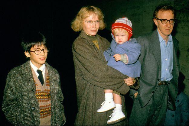 Mia Farrow et Woody Allen avec leurs enfants Moses (à gauche) et Dylan (dans les bras de l'actrice).
