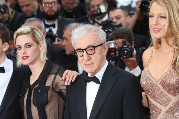 Woody Allen sur le tapis rouge de Cannes, accompagné de Kristen Stewart et Blake Lively.