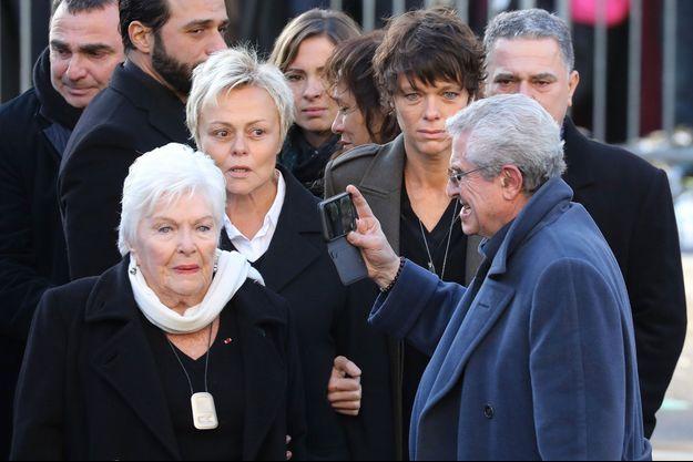 Claude Lelouch filme les proches de Johnny Hallyday lors de l'hommage au chanteur samedi, à Paris.
