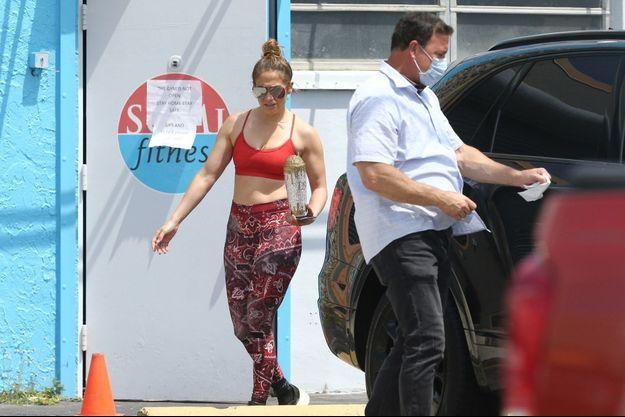 Jennifer Lopez quitte une salle de gym fermée au public à Miami, le 1er avril 2020.