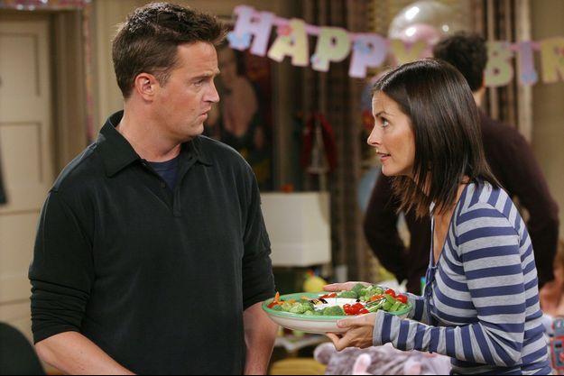 Matthew Perry et Courteney Cox en 2003 pour le tournage de l'épisode 4 de la saison 10 de «Friends»