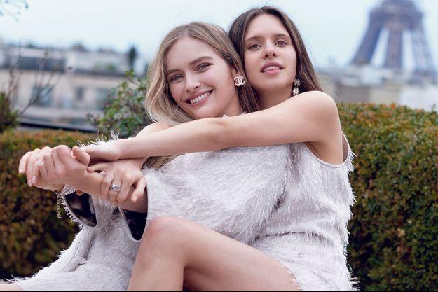 Daphné Patakia, 28 ans, à droite, aux côtés de l'actrice Camille Razat. Elle incarnera une nonne lesbienne dans « Benedetta » de Paul Verhoeven.