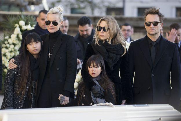 Laeticia Hallyday, Laura Smet et David Hallyday avec Jade et Joy aux obsèques de Johnny en décembre 2017