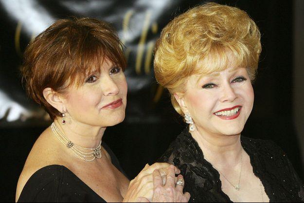Carrie Fisher et sa mère, Debbie Reynolds, à l'anniversaire d'Elizabeth Taylor, en 2007.