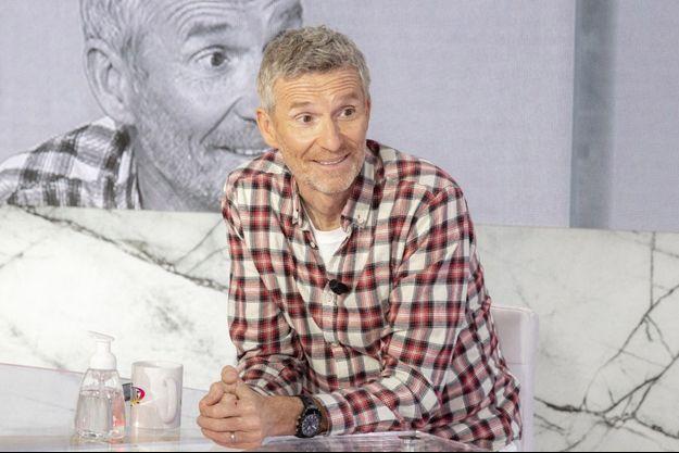 """Denis Brogniart sur le plateau de """"Clique"""" de Canal+."""