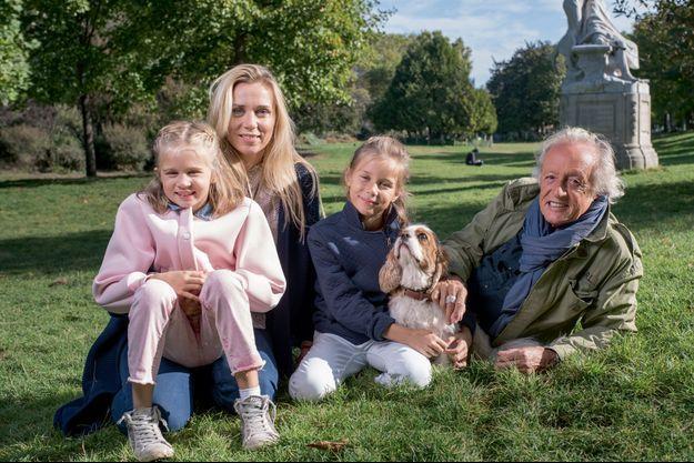 Didier retrouve le parc Monceau de sa jeunesse. Lui, le spécialiste, ne peut faire un remake de « J'ai deux amours », car elles sont trois, Laure et leurs jumelles, Lola et Louise, laquelle câline Lulu.