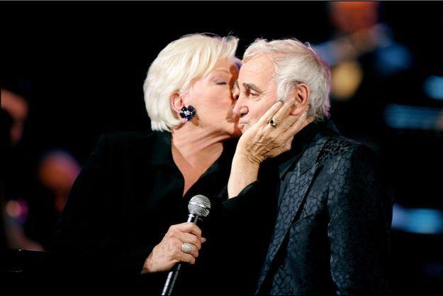 Line Renaud et Charles Aznavour en 2004 lors des 80 ans du chanteur au Palais des Congrès.