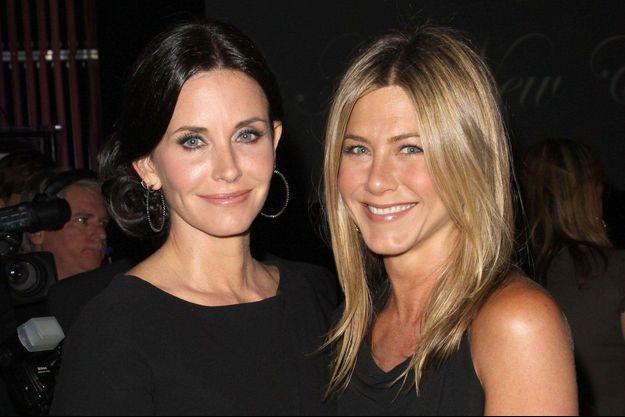 Courteney Cox et Jennifer Aniston en 2010.
