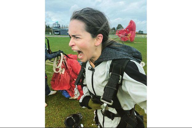Emilia Clarke, quelques secondes après avoir sauté en parachute pour son anniversaire.
