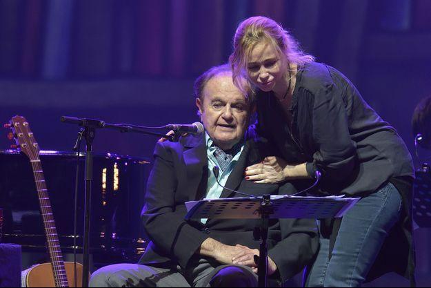 Guy Béart avec sa fille Emmanuelle Béart lors de son concert d'adieu a l'Olympia en janvier 2015.