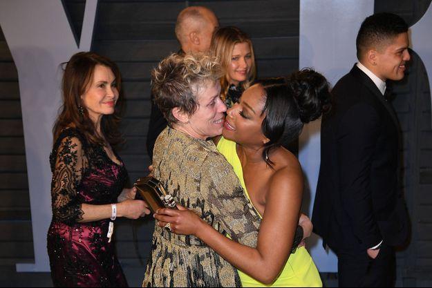Frances McDormand dans les bras de Tiffany Haddish à l'arrivée de la fête de Vanity Fair.