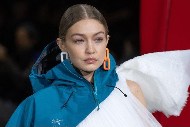 Gigi Hadid lors du défilé Off White à Paris en février 2020