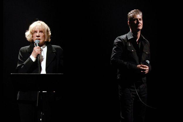 """Etienne Daho et Jeanne Moreau sur la scène du 104 avec l'album """"Le condamné à mort"""", à Paris, France, le 18 novembre 2010."""