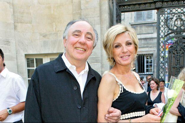 Evelyne Dhéliat bras de Philippe, lors du Grand Prix de pétanque des personnalités, à Avignon, le 9 juillet 2006.