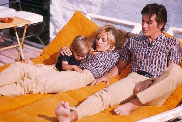 Anthony, avec ses parents Nathalie et Alain, à Saint-Tropez, en juin 1966.