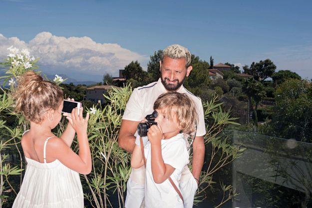 Déjà des pros de l'image... Avec sa fille, Bianca, 6 ans, et son fils, Lino, 5 ans, l'animateur de 42 ans prépare sa rentrée. Chez lui à Cannes, le 11 août.