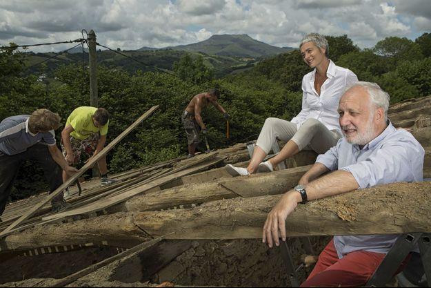 François Berléand et Alexia Stresi avec les couvreurs sur leur toit, à Biarritz. A l'arrière-plan, le mythique sommet de la Rhune.