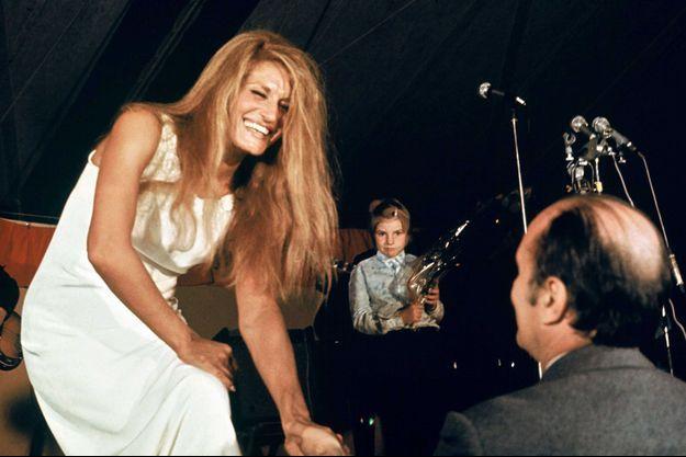 François Mitterrand félicite Dalida après un concert donné par la chanteuse.