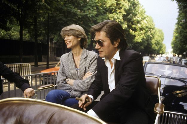Françoise Hardy et Jacques Dutronc sur les Champs-Elysées en 1984.
