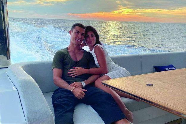 A l'arrière du yacht de 27 mètres « Azimut Grande », flambant neuf, que Ronaldo a réservé pour une croisière familiale pendant les vacances d'août.