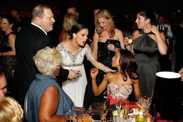 Au Bal du gouverneur, après la cérémonie des Oscars, en 2013. Sa femme, Georgina Chapman (en blanc), en conversation avec l'actrice Kerry Washington.
