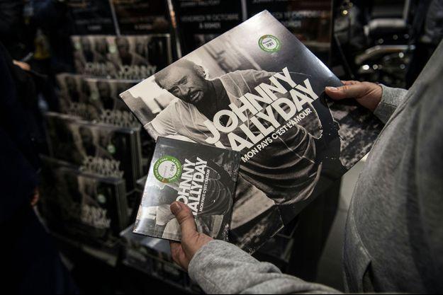 David Hallyday et Laura Smet réclament de geler les royalties générées par les ventes d'albums de leur père.