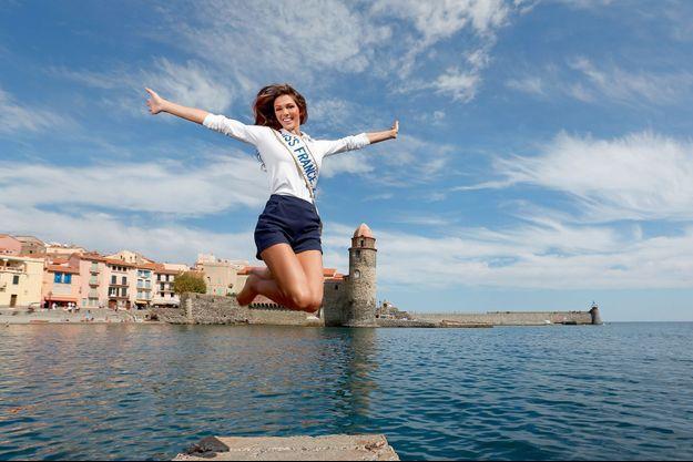 Iris Mittenaere bondissante sur le port de Collioure