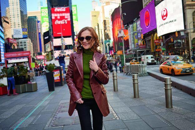 Isabelle Huppert, un air d'Annie Hall… à Times Square.