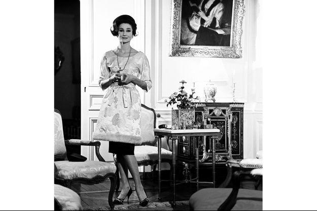 acqueline de Ribes en 1962, dans un des salons de l'hôtel particulier de la rue de la Bienfaisance, au cœur du VIIIe arrondissement à Paris.