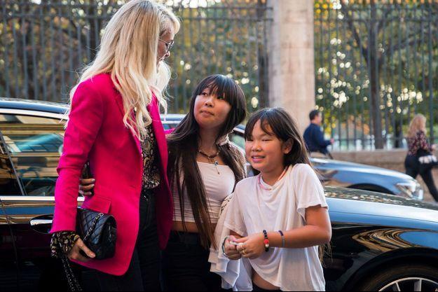 Laeticia Hallyday avec ses filles Jade et Joy à Paris en octobre 2018.