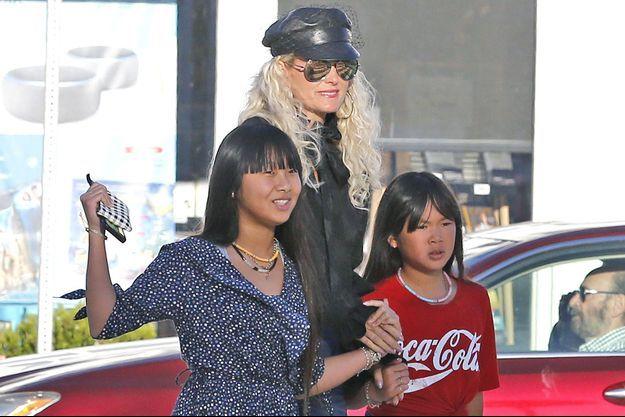 Jade Hallyday avec sa mère Laeticia et sa soeur Joy à Los Angeles en décembre 2018