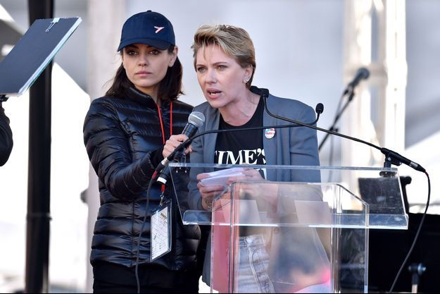 """Mila Kunis and Scarlett Johansson lors de la """"Marche des femmes"""" à Los Angeles samedi."""