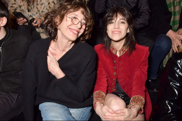 Jane Birkin et Charlotte Gainsbourg en février 2018, pendant la fashion week à Paris.