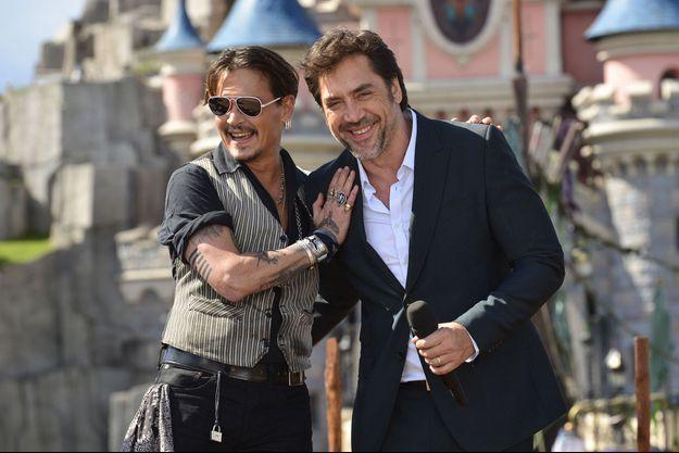 """Johnny Depp et Javier Bardem en 2017 à Disneyland Paris pour la promotion du film """"Pirates des Caraibes : La vengeance de Salazar"""""""