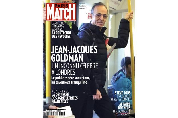 Le chanteur Jean-Jacques Goldman photographié dans le métro londonien.