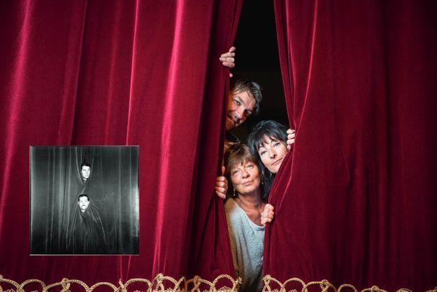 Nicolas (42 ans) et Sylvie Poiret (61 ans), les enfants de Jean avec Nathalie Serrault (59 ans, à droite), la fille de Michel, au théâtre du Palais-Royal, le 7 septembre. En médaillon : un duo dans de beaux draps, en août 1959.