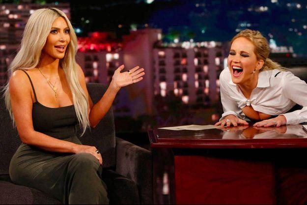 """Kim Kardashian et Jennifer Lawrence sur le plateau du """"Jimmy Kimmel show"""", jeudi soir."""