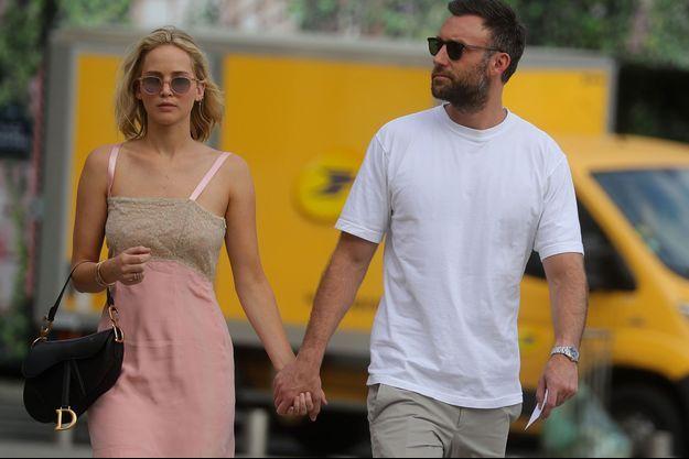 Jennifer Lawrence et son compagnon Cooke Maroney dans les rues de Paris, en août 2018.