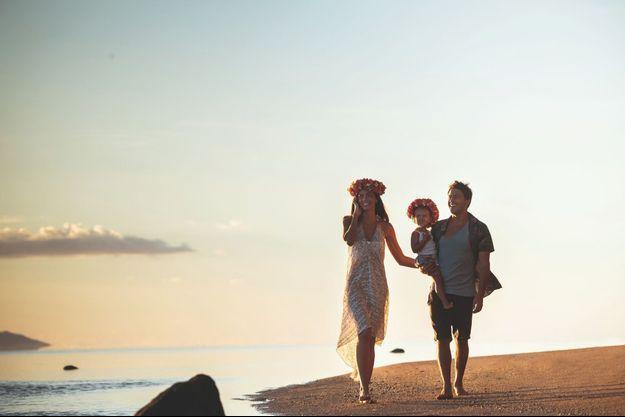 Au coucher du soleil, la balade sur la plage avec ses deux Tahitiennes de cœur est un rituel quotidien.