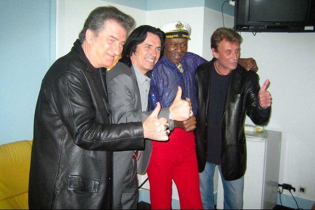 Eddy Mitchell et Johnny Hallyday dans la loge de Chuck Berry alors qu'il donnait un concert à l'Olympia, en 2005.
