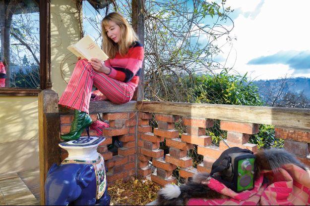 Le pied sur un éléphant venu du bureau de son père, elle lit « Le radiateur d'appoint », d'Alex Lutz, avec qui elle répète « Snow Thérapie ».