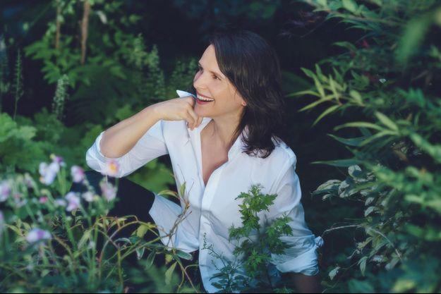 Son amour pour la nature, Juliette Binoche le cultive d'abord dans son jardin.
