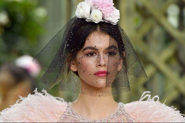 Kaia Gerber au défilé Chanel pendant la semaine de la haute couture à Paris