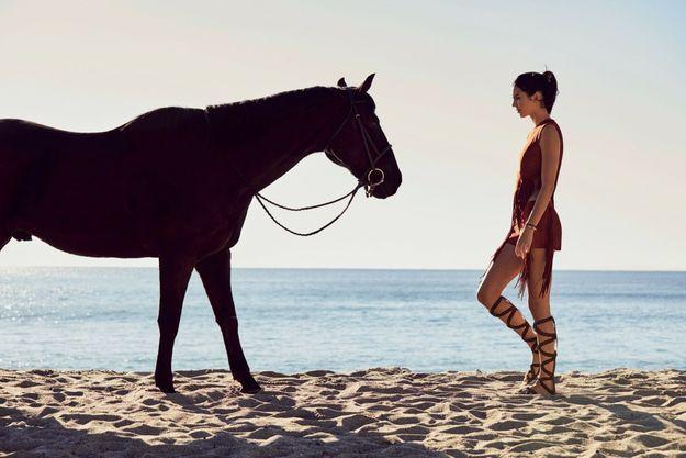 À Malibu, un look minimaliste pour une reine du luxe. Cette photo fait partie de la nouvelle campagne Longchamp.
