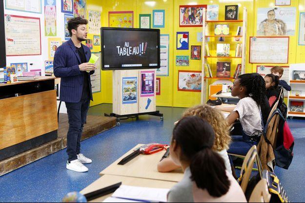 Kev Adams face aux écoliers de l'émission de C8.