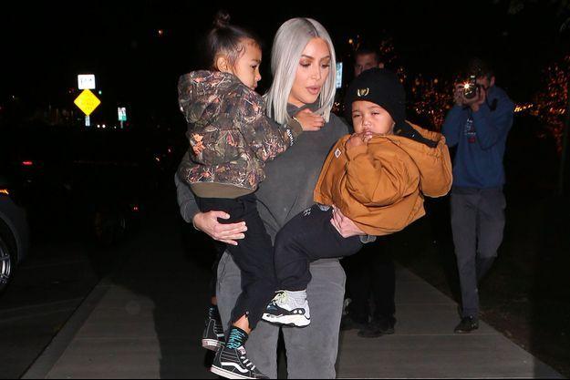Kim Kardashian et ses enfants North et Saint, à Los Angeles, le 23 décembre 2017